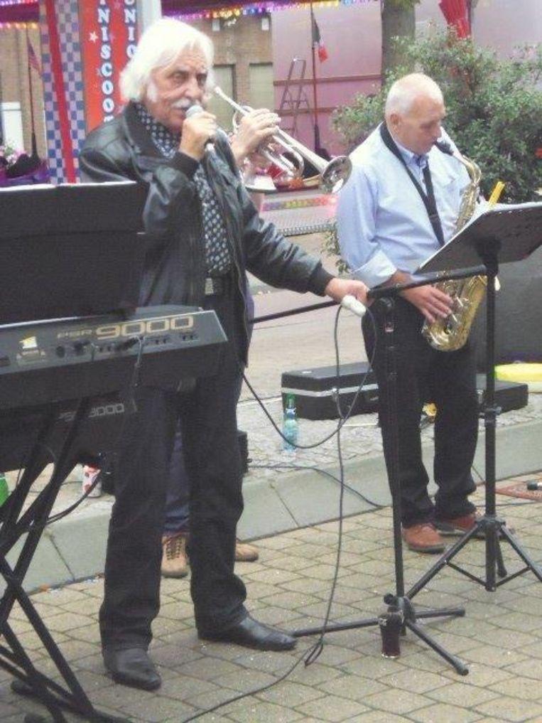 Charmezanger Willy Vindevogel (83) zong dinsdag, op vraag van het publiek, een uur lang tijdens de seniorendag in Izegem.