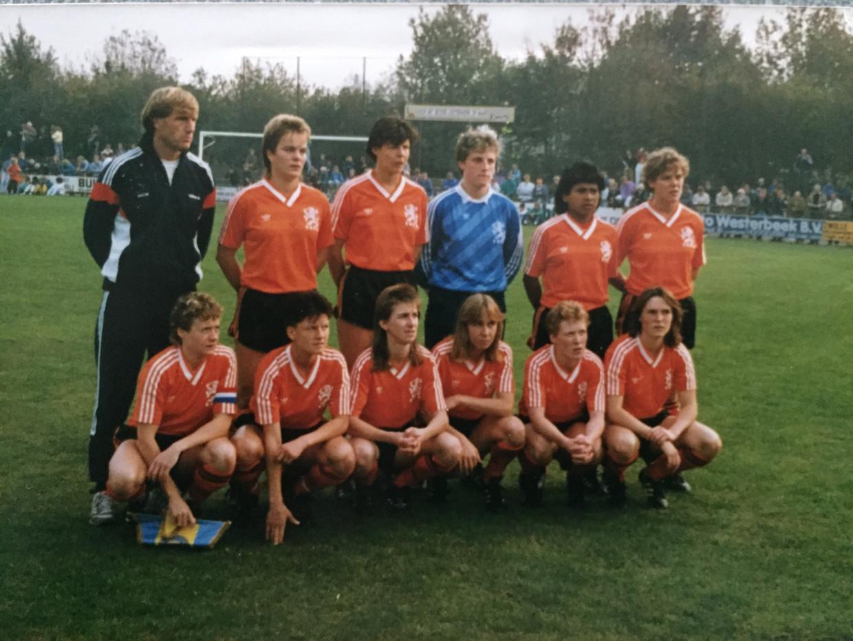 Het Nederlands elftal, met links bondscoach Bert van Lingen, 1985.