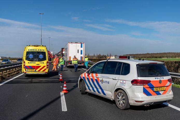 Ongeluk met twee vrachtwagens op A27 bij Nieuwendijk.