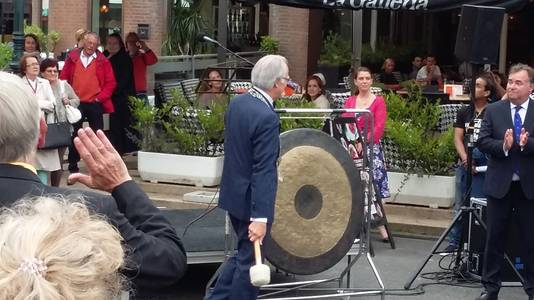 Burgemeester Jozias van Aartsen opende het festival met een slag op de gong.