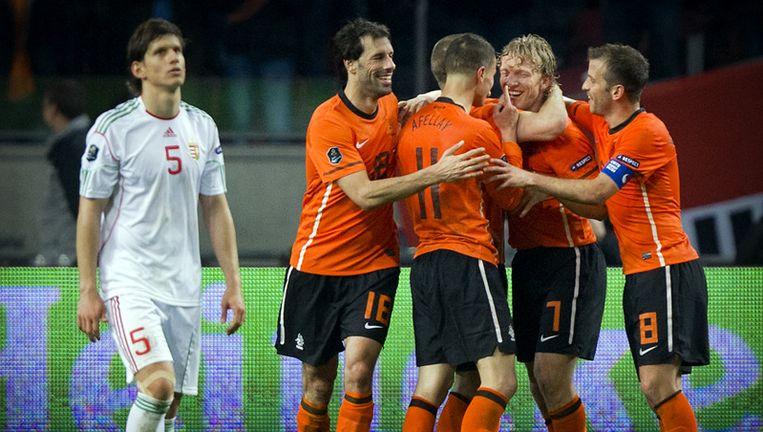 Dirk Kuijt viert dinsdag zijn 5-3 met zijn ploeggenoten terwijl Zsolt Laczko verslagen voorbij loopt. Foto ANP Beeld
