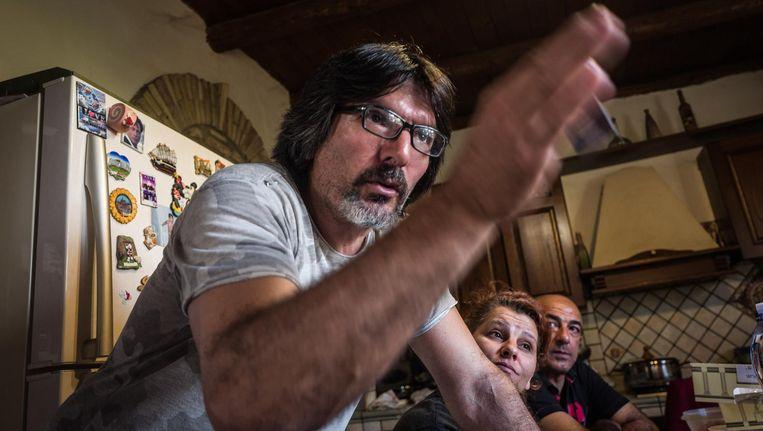 Romolo Deiana, geëmotioneerd: 'Stelletje hoerenzonen, ik wordt boos als ik over die politici praat. Verandert er dan nooit wat in Maracalagonis?' Beeld Nicola Zolin / de Volkskrant