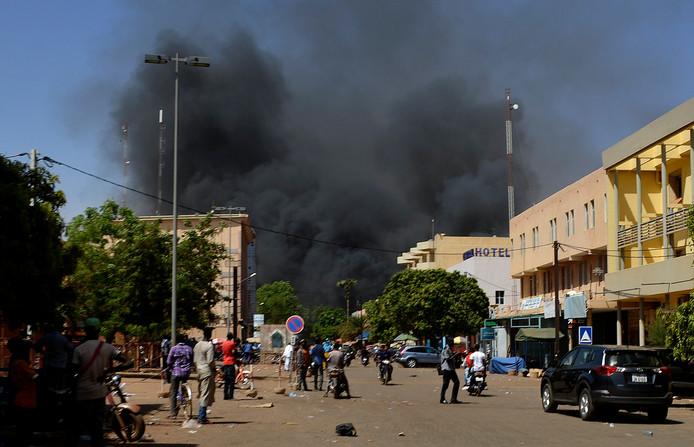 Rook komt boven de straten van Ouagadougou uit na een eerdere terroristische aanval in Burkina Faso vorig jaar maart.