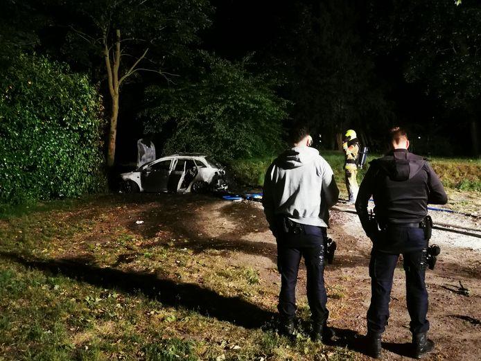 Een auto op de parkeerplaats van brasserie 't Zusje in Nijmegen is helemaal uitgebrand