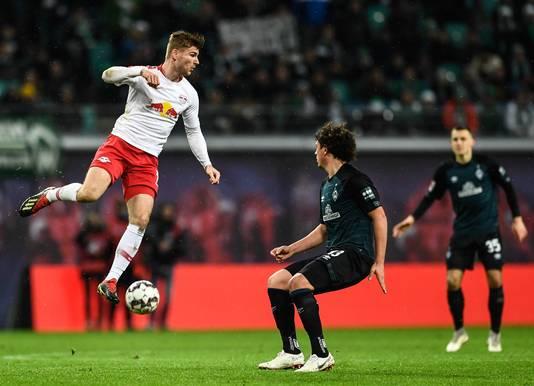Timo Werner  (links) in actie tegen Bremen's Milos Veljkovic.
