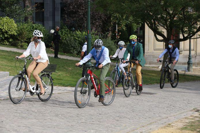 Koning Filip, Koningin Mathilde en drie van hun vier kinderen sprongen zondag op de fiets voor een toertje door Brussel.