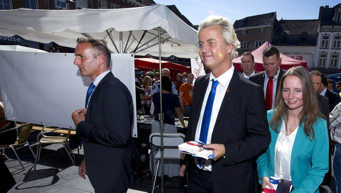 PVV-lijsttrekker Geert Wilders en PVV-kamerlid Fleur Agema (R) bezoeken het centrum van Roermond tijdens de campagne voor de Tweede Kamerverkiezingen van 12 september.