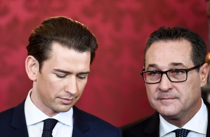 M. Strache (d) et M. Kurz (g) avaient formé en décembre 2017 un gouvernement de coalition, pour un mandat de cinq ans, comprenant six ministres d'extrême droite à des postes stratégiques dont les ministères de l'Intérieur et des Affaires étrangères.
