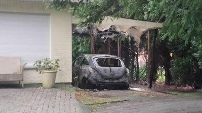 Auto in brand gestoken en villa beschoten