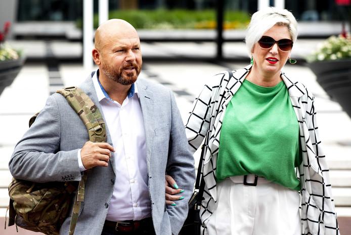 Marco Kroon met zijn partner bij het Paleis van Justitie.