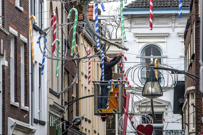 Zuurstokken fleuren de Kleine Overstreaat in Deventer op.