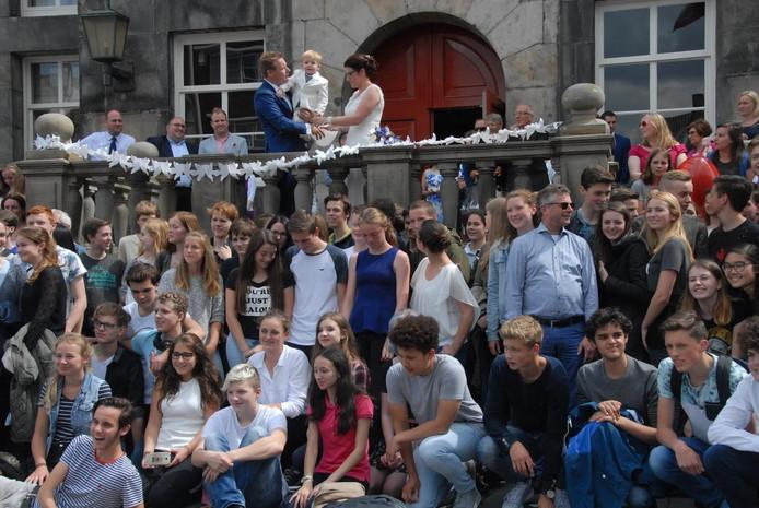 Buiten stonden tientallen leerlingen een erehaag vormden om het kersverse echtpaar op een hartverwarmende wijze te begroeten.
