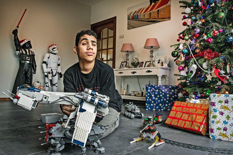 Jaap Hartog, te vroeg geboren jongen die daardoor zeer beperkt zicht heeft in zijn ogen. Spelen met Lego is zijn grote hobby.  Beeld Guus Dubbelman / de Volkskrant