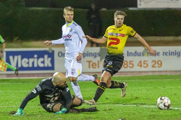 Doelman Griffin De Vroe en Louis Desmet (geel) met Aaron Dhondt (Mandel United).
