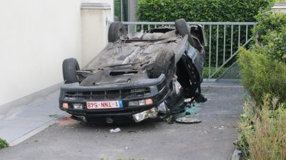 Bestuurder 'parkeert' overkop op oprit woning
