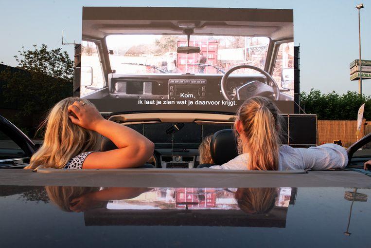 De Pathé-drive-in op een parkeerveld in Duivendrecht, vlak bij de Johan Cruijff Arena. Er is plaats voor 120 auto's, tegen een entree van € 22,50 per stuk. Beeld Sabine Van Wechem