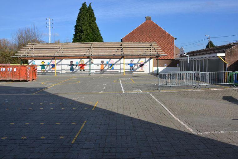 Het dak van dit schooltje is weggehaald door de aanwezigheid van asbest.