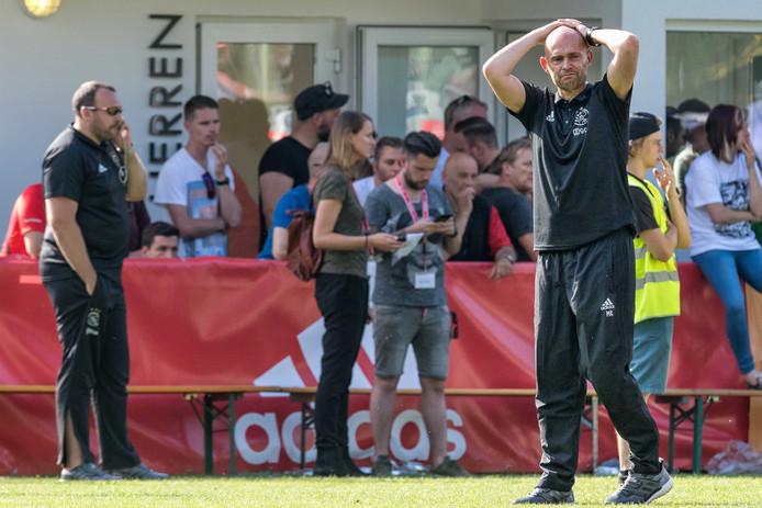 Trainer Marcel Keizer kijkt toe als zijn speler Abdelhak Nouri op de grond ligt tijdens het oefenduel met Werder Bremen waar hij last kreeg van hartritmestoornissen.