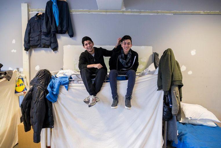Shant en Hagop op hun kamer aan de Schipluidenlaan in Nieuw-West, vlak voor hun vertrek naar Wageningen. Beeld Rink Hof