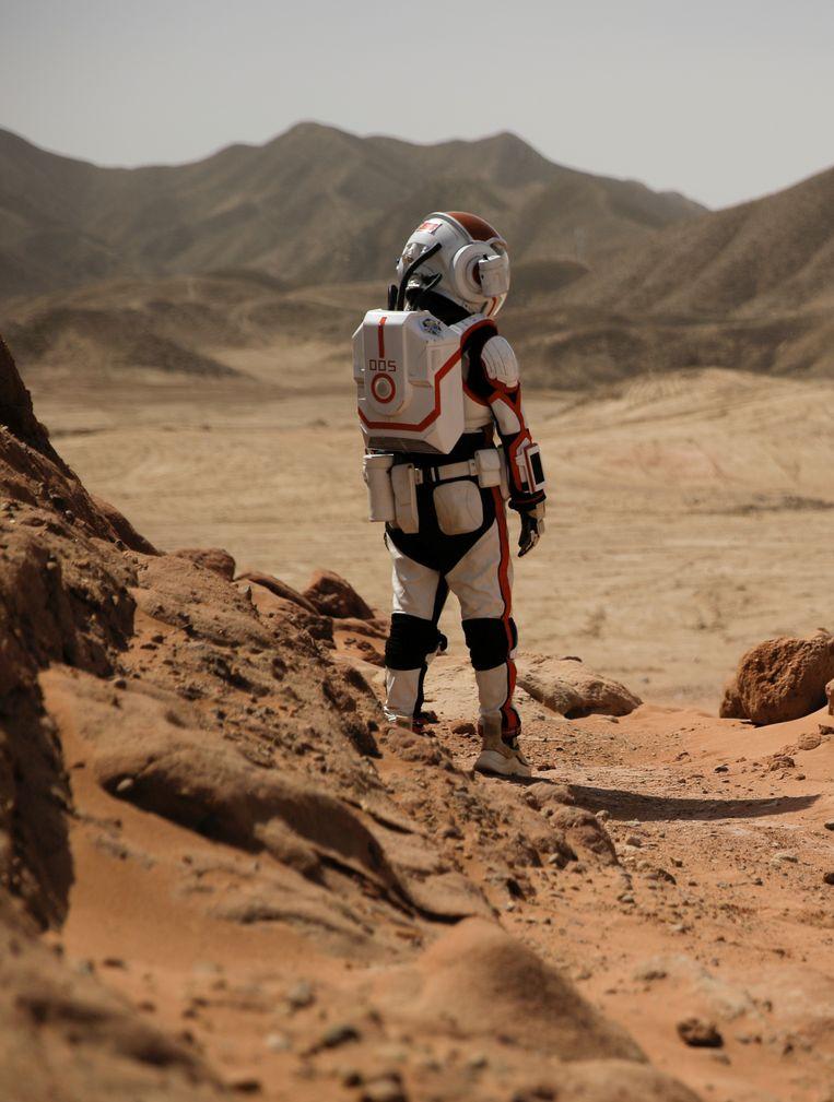 Een medewerker van Mars Base 1 poseert in volledig ruimtetenue. Beeld REUTERS