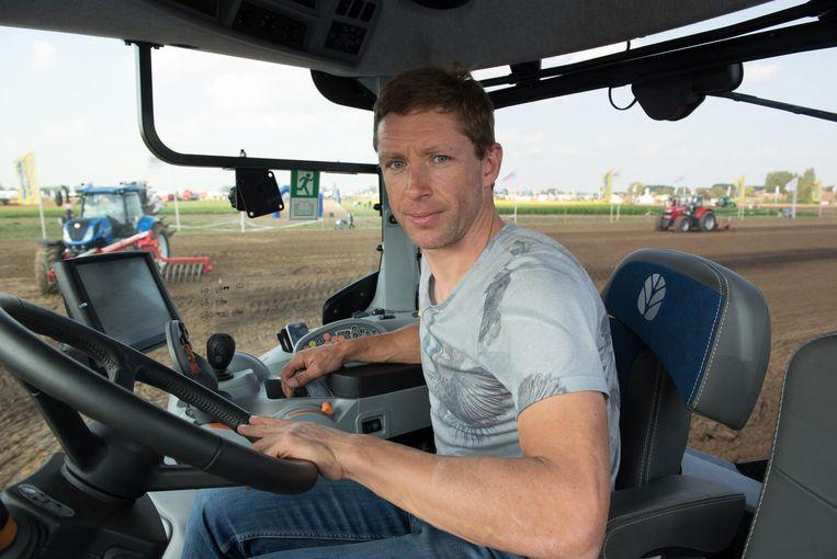 """Wielrenner Stijn Devolder achter het stuur van een tractor. """"Na mijn koerscarrière zou ik graag met tractoren rijden."""""""