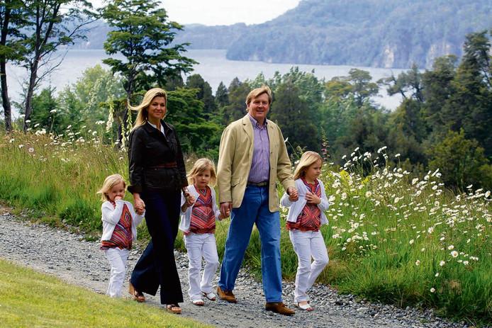 Máxima en Willem-Alexander, destijds nog prinses en prins, met hun dochters in 2010 in het Argentijnse Villa La Angostura, in het gebied waar ze destijds net verschillende percelen grond hadden aangekocht.