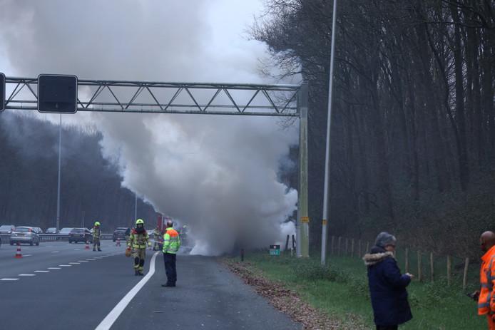 Een auto is volledig uitgebrand op de A12 ter hoogte van knooppunt Velperbroek in de richting van Duitsland.