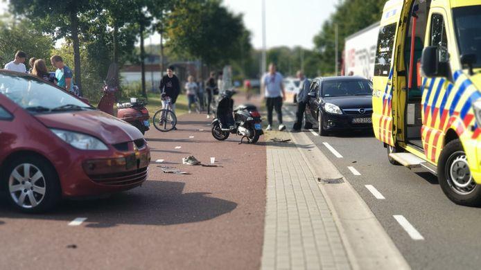 De scooterrijder botste tegen een auto die van een bedrijventerrein gereden kwam.