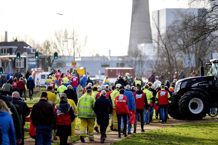 Honderden leden van FNV Metaal lopen terug naar hun werk na een actiebijeenkomst tegen de aangekondigde bezuinigingen van Tata Steel in IJmuiden, waardoor 1600 werknemers hun baan dreigen te verliezen.