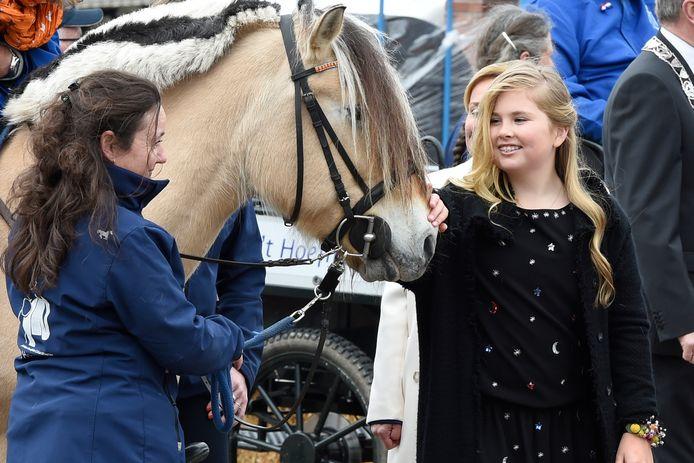 Prinses Amalia en de koninklijke familie in 2016 in Zwolle voor de viering van Koningsdag.