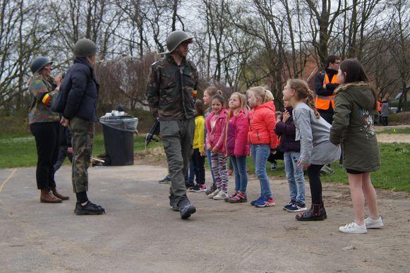 Wie in het leger wou, moest uiteraard eerst wat discipline tonen. Student Robrecht D'Haene aanschouwt de troepen.