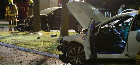 Auto raakt in de slip en botst op geparkeerde auto in Arnhem, bestuurder gewond