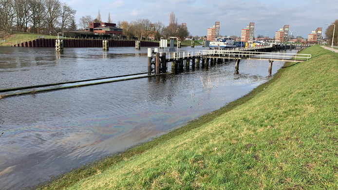 Oliespoor bij Sluis 1 in het Wilhelminakanaal bij Oosterhout. Het oliespoor is enkele honderden meters lang.