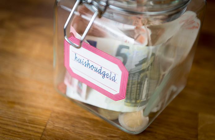 Huurders in de vrije sector houden minder geld over dan woningeigenaren, zo onderzocht Rabobank. Ze kunnen daardoor moeilijker sparen, waardoor de ongelijkheid groeit.