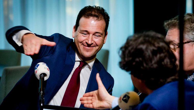 Lijststrekker Lodewijk Asscher (PvdA) accepteert de uitgestoken hand van Jesse Klaver (GroenLinks). Beeld anp