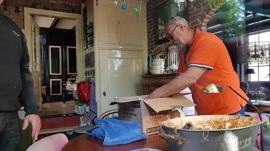 Veilig bij de ooievaarsopvang! Piet van Andel pakt de jongen uit.