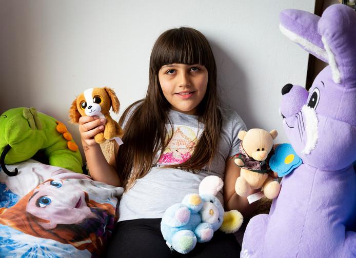 De 9-jarige Sarah heeft adhd en is autistisch. Ze zit noodgedwongen thuis.