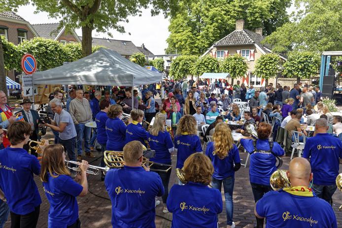 Het jaarlijkse Bierpompfeest in Esch: nagenoeg heel Esch loopt er voor uit, lokale artiesten treden op en vele Essche verenigingen presenteren zich. Meer Esch krijg je niet bij elkaar.