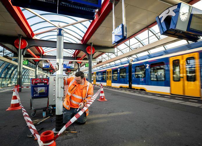Een medewerker van ProRail verwijdert een rookpaal op een station. In deze regio wordt de laatste peuk van een treinreiziger opgestoken op 23 september in Zwolle.
