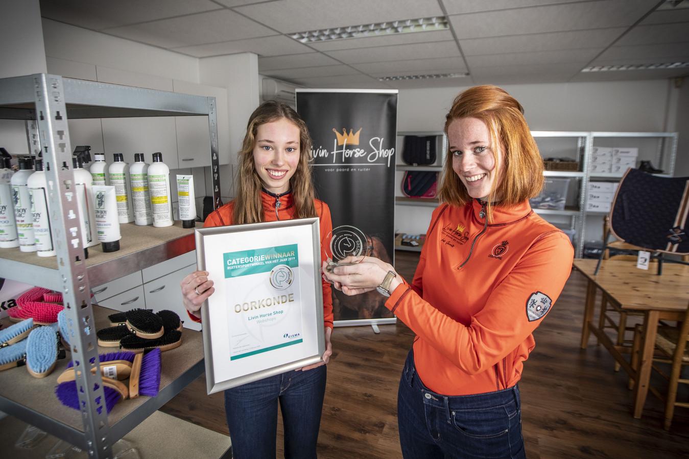 De  zussen Iris (rechts) en Lise-Lott Gerrits uit Rossum wonnen een landelijke prijs met hun webshop in artikelen voor de paardensport. Nu openen ze hun eigen winkel in De Lutte.