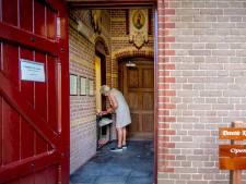 Pastoor hoopt snel weer dienst te kunnen leiden: eerste viering in de parochietuin