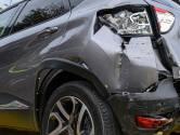 Auto rijdt tegen garagebox aan in Breda: bestuurder naar het ziekenhuis