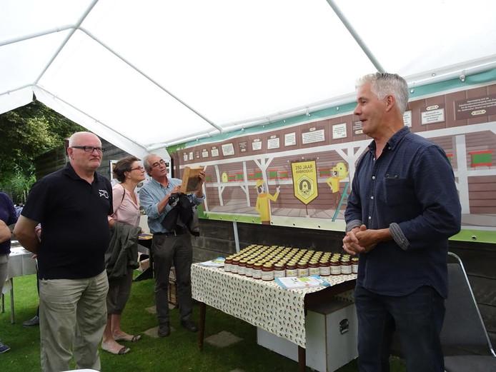 Evert van Houtum coördinator van de Voedselbank was heel blij met de geste van de bijenvereniging.