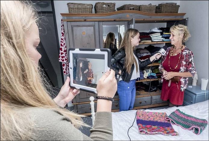 De leerlingen interviewen Oda van der Heijden over het thema kleding. foto Theo Peeters