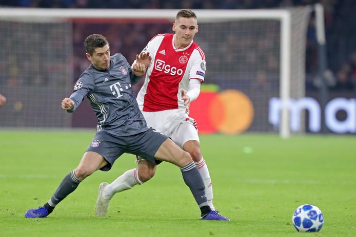 Maximilian Wöber in duel met Robert Lewandowski tijdens Ajax - Bayern München op 12 december.