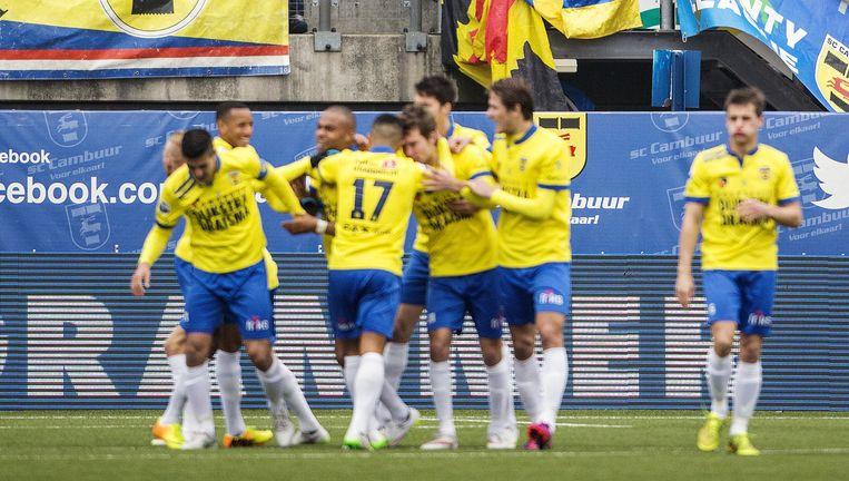 Sander van de Streek (zesde van links) wordt gefeliciteerd met zijn eerste goal voor Cambuur tegen aartsrivaal Heerenveen. Beeld Jiri Buller
