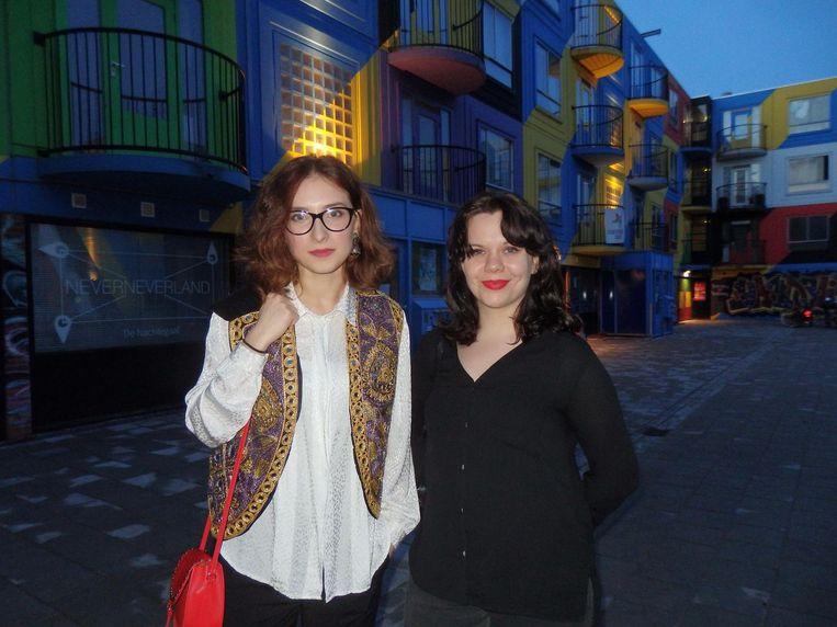 Curator Cristina Buta en Chloë Arkenbout (Chloë Creative Copy), op het binnenplein van Heesterveld Beeld Schuim