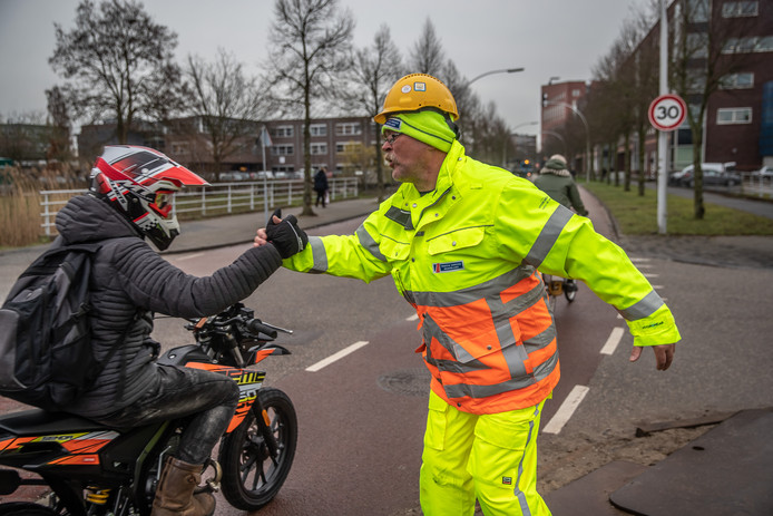 Zwolle Vrolijke verkeersregelaar op de Koggelaan begroet de langsrijdende fietsers met een Goedemorgen en een High Five