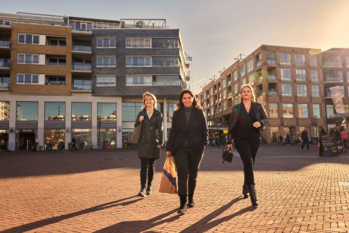 Trijntje van Es (D66), Derya Karso (PvdA) en Sophia de Keizer (VVD) bij winkelcentrum De Meent.