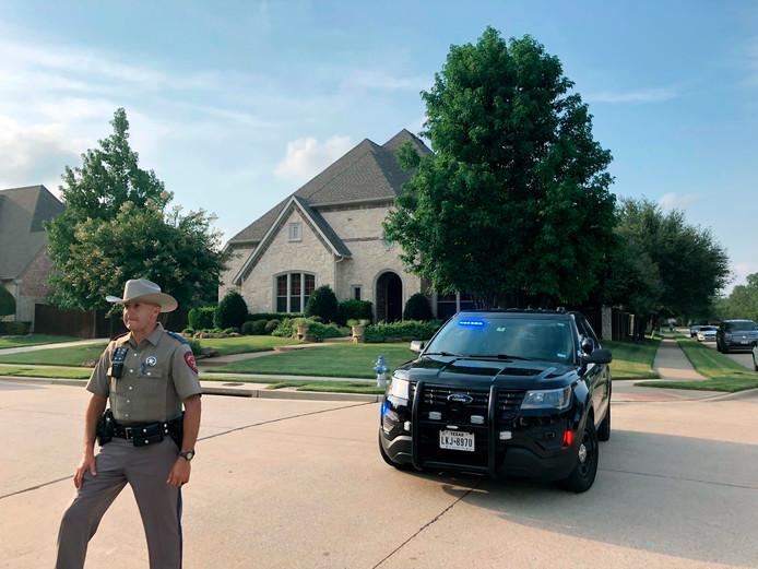 Een politieagent voor de ouderlijke woning van Crusius in Allen, Texas.